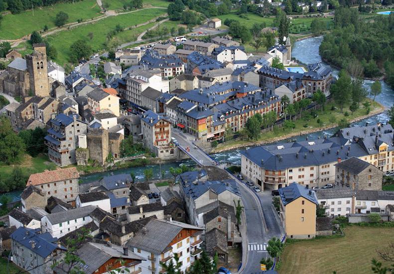 Pueblo Broto en el Pirineo
